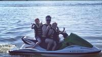 <p>Serunya Shane bermain jet ski bersama kedua anak tercintanya.(Foto: Instagram @gillianfilansligo)</p>