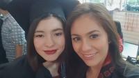 <p>Wulan saat menghadiri upacara kelulusan sang putri. Sama-sama cantik ya. (Foto: Instagram @wulanguritno)</p>