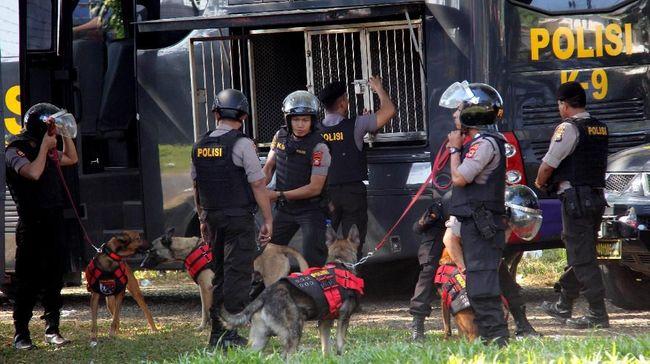 Polisi bakal memeriksa rekaman CCTV untuk mengusut peristiwa penyerangan di di kafe yang menjadi tempat nobar PSM Makassar versus Persija Jakarta di Tebet.