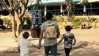 <p>Di tengah kesibukannya bersama Westlife, Shane tak lupa berlibur bersama kedua anak laki-lakinya. (Foto: Instagram @gillianfilansligo)</p>