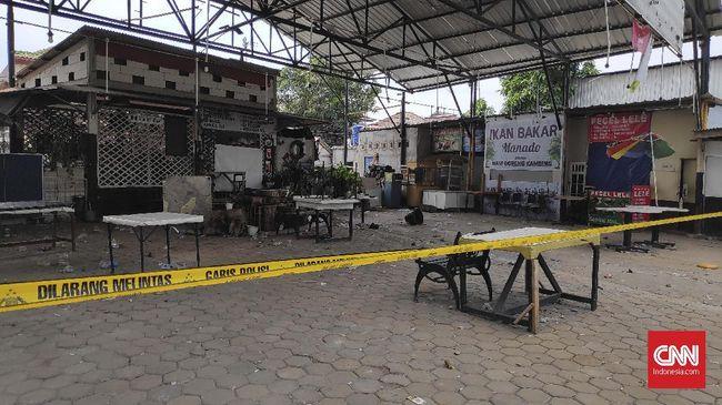 Polres Metro Jakarta Selatan menyebut para tersangka diduga melempar batu ke arah kafe tempat pendukung PSM Makassar nonton bareng.