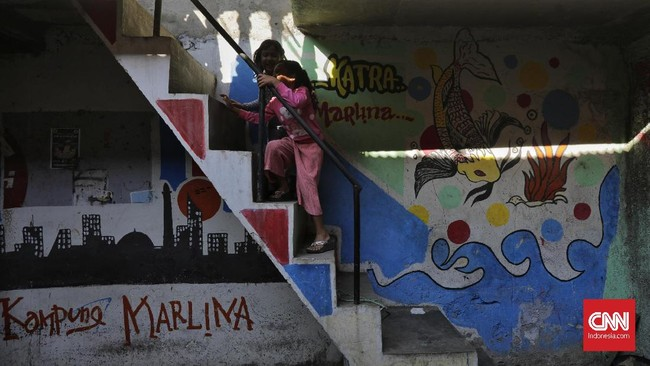 Badan Pusat Statistik (BPS) DKI, pada 2017 mencatat 86 persen wilayah di DKI Jakarta masuk kategori kumuh. Kampung kumuh tersebar di sejumlah titik di ibu kota.
