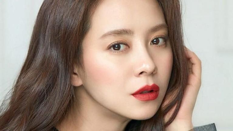 Song Ji HyoLewat drama 'Running Man', Song Joong Ki dikabarkan menjalin kasih dengan Song Ji Hyo. Kabar mereka berpacaran berembus karena Song Joong Ki dikenal lebih menyukai wanita yang lebih tua.