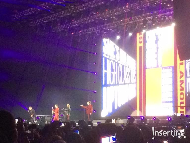 Penampilan Westlife saat menyanyikan lagu Up Town Girl yang membuat penonton ikut bergoyang.