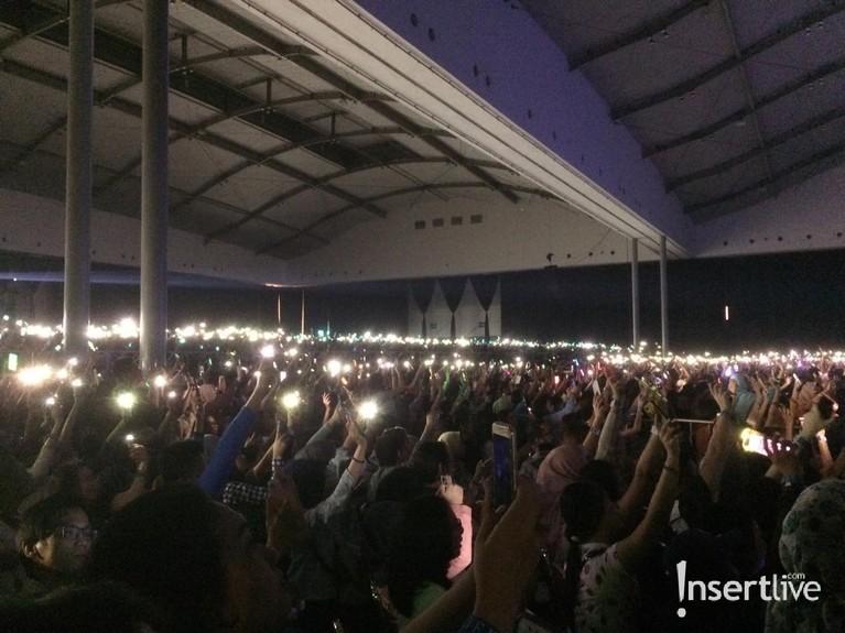 Terlihat barisan penonton yang menyalahkan lampu ponsel serentak saat Westlife menyanyikan lagu You Raise Me Uphingga membuat para personelnya berterima kasih.