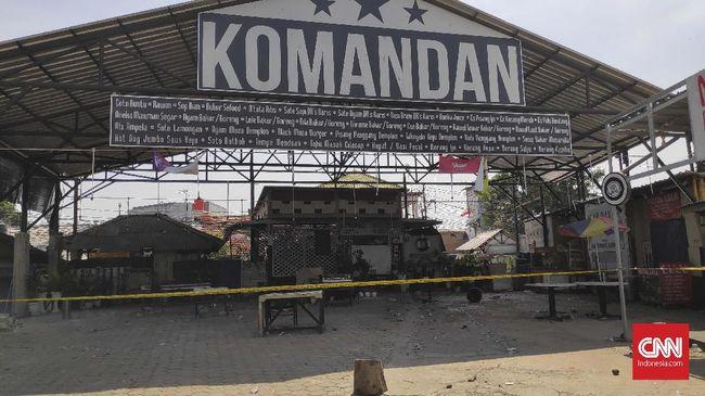 Selama sekitar satu jam pendukung PSM yang melakukan nobar di Kafe Komandan, Tebet, Jakarta, bertahan dari serangan sekelompok orang usai laga PSM vs Persija.
