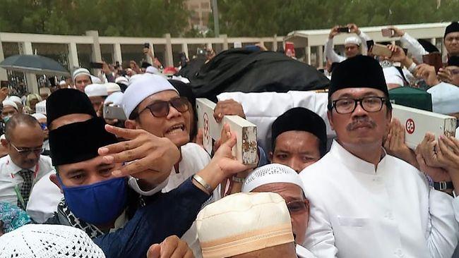 Dubes RI untuk Arab Saudi menilai Rizieq Shihab tidak etis menyerobot doa saat pemakaman KH Maimun Zubair atau Mbah Moen di Makkah. Rizieq sempat salah liang.