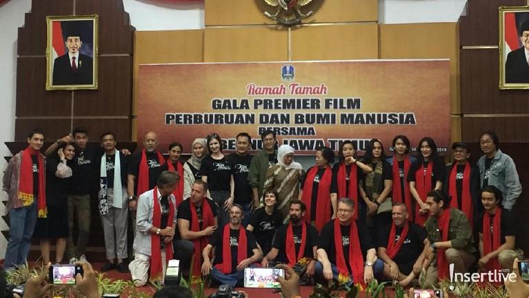 Seluruhpemain dan Gubernur Jawa Timur dalam acara Ramah Tamah Gala Premier Film Perburuan dan Bumi Manusia.
