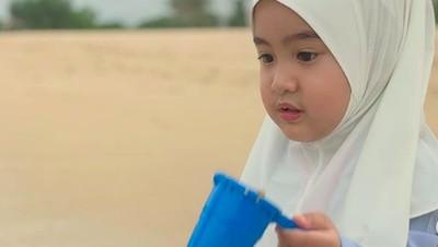 7 Potret Imut Ratu, Keponakan Kecil Syahrini yang Pakai Hijab
