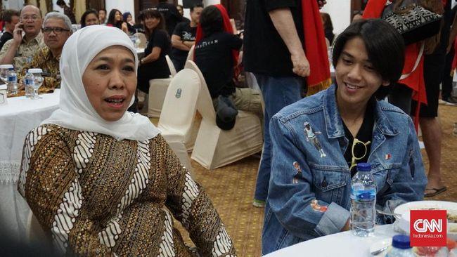 Gubernur Jawa Timur Khofifah Indar Parawansa mengangkat perjuangan karakter Nyai Ontosoroh dalam 'Bumi Manusia' saat menyambut tim film itu, Kamis (8/8).