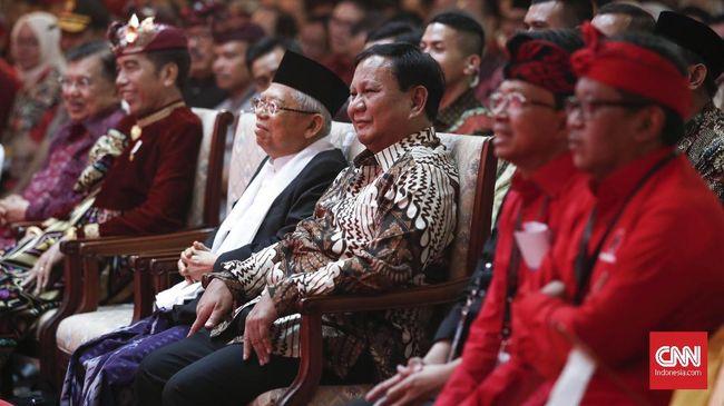 Sebelum meninggalkan kongres PDIP, Prabowo menyempatan diri untuk berswafoto dengan Megawati. Sambil bercanda, Prabowo mengatakan sudah kena pukul di Kongres.