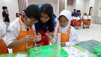 Keseruan Anak-anak Belajar Lakukan Eksperimen Kimia