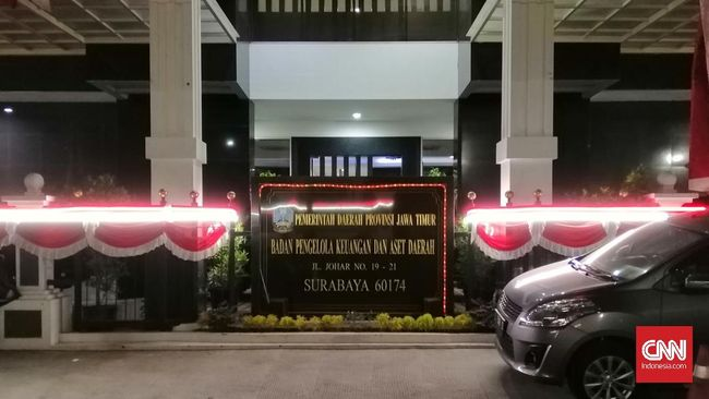 KPK menggeledah Kantor BPKAD Jawa Timur Kamis (9/8) dan keluar dengan membawa dua koper dan satu tas.
