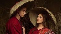 Sweet! Kompak dengan pakaian serba merah, Celine dan Stefan saling menatap romantis. (Foto: Instagram @celine_evangelista)
