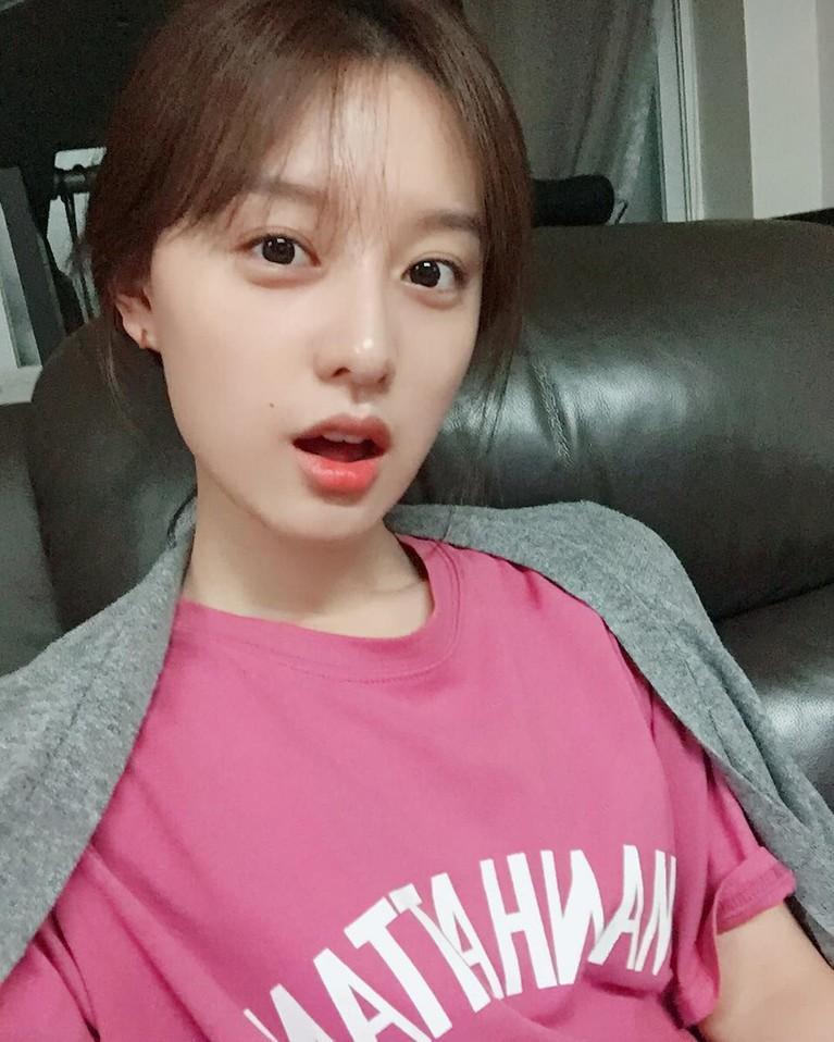 Sama seperti artis Korea lainnya, Kim Ji Won juga jarang menggunakan media sosial. Di laman Instagramnya, penggemar tak banyak menemukan wajah imutnya.