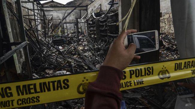 Kebakaran melanda dua warung sembako di Jalan Cipayung, Jakarta Timur, sekitar pukul 04.30 WIB, Jumat (9/8). Tiga orang tewas lantaran terjebak di kamar mandi.