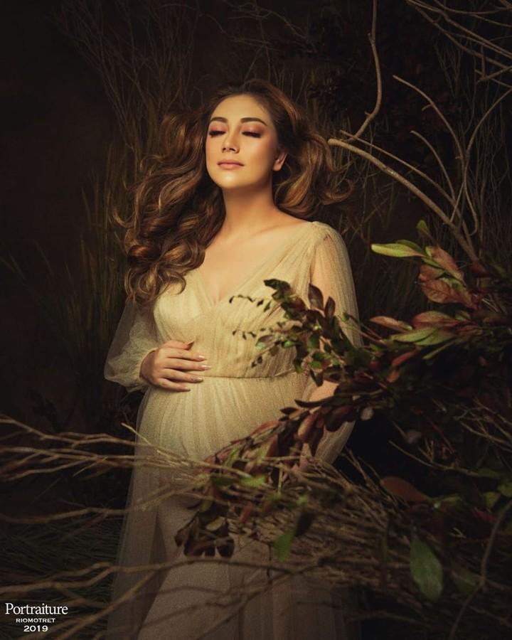 Berkonsep alam, Celine Evangelista tampak cantik dibalut gaun putih di maternity photoshoot-nya. (Foto: Instagram @celine_evangelista)