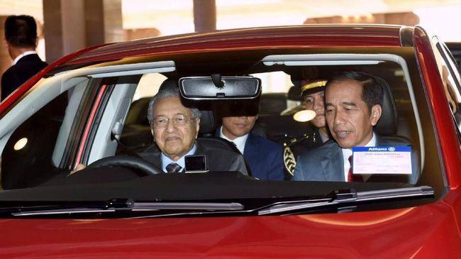 Jokowi mengaku diajak naik Proton Persona oleh Perdana Menteri Malaysia Mahathir Mohamad yang mengambil alih kemudi.
