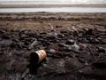 Ibu-ibu Ikut Bersihkan Limbah Minyak Mentah di Karawang