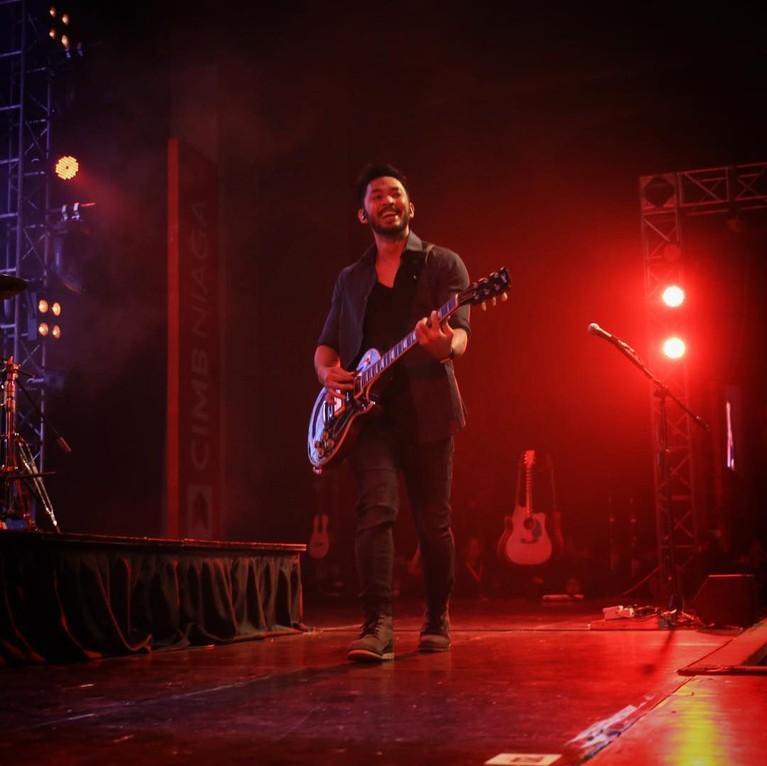 Uki dengan gitar kebanggaannya saat manggung bersama band NOAH.