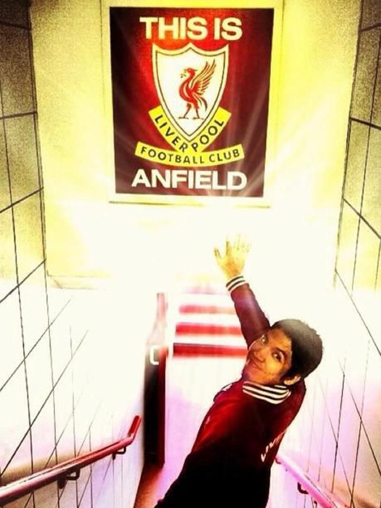 Desta ternyata salah satu artis Indonesia yang jadi penggemar berat klub Liga Inggris, Liverpool.