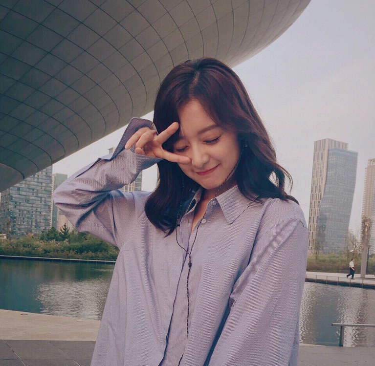Kim Ji Won adalah salah satu artis Korea yang sudah memerankan beberapa judul drama.