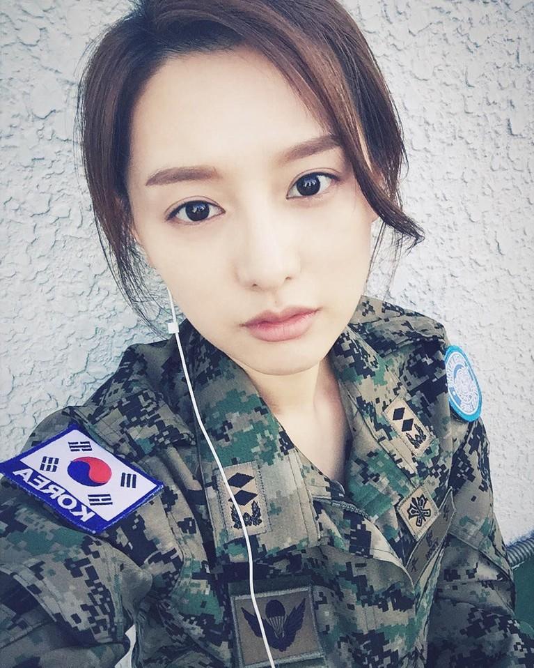 Kim Ji Won pertama kali dipertemukan dengan Song Joong Ki di dramaDescendants of the Sun. Ia berperan sebagai dokter tentara yang cantik.