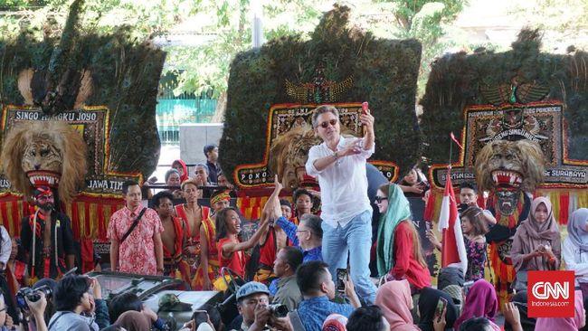 Di gala premier Bumi Manusia, sutradara Hanung Bramantyo menyebut untuk kali pertama dalam karier mendapatkan standing aplaus.