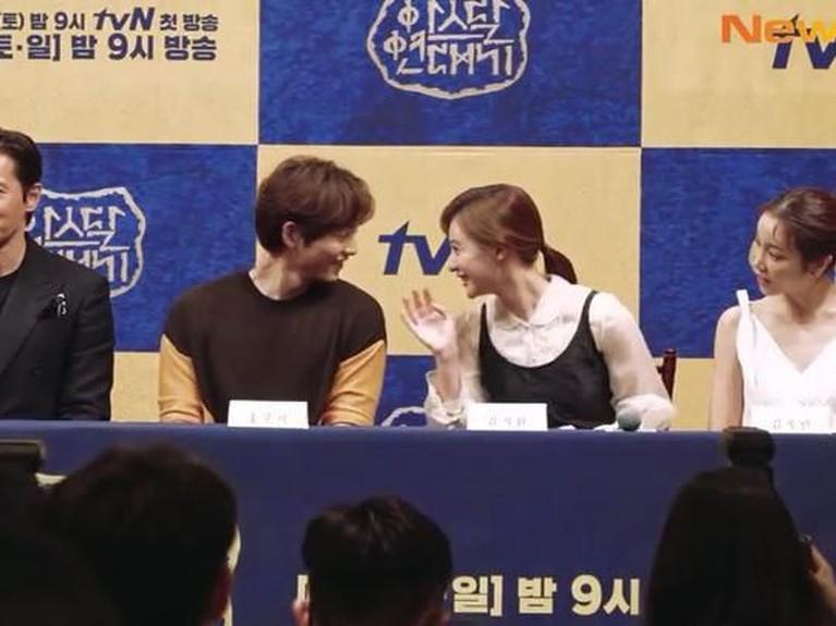 Tak hanya di lokasi syuting, keakraban mereka juga terlihat saat konferensi persArthdal Chroniclesdigelar. Keduanya terlibat obrolan yang membuat mereka tersenyum.