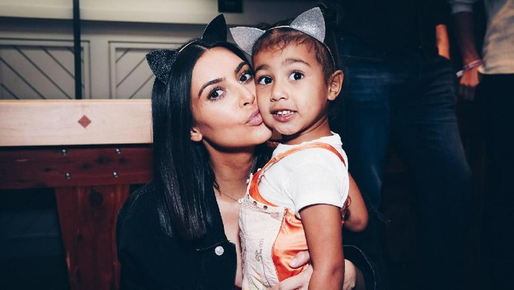 Penampilan Kim Kardashian dengan putri sulungnya, North West menuai hujatan karena anting yang dipakai North.