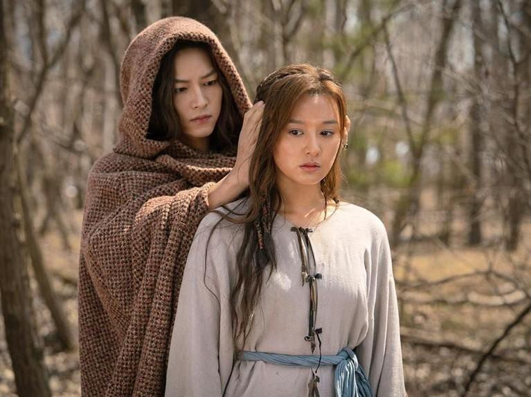 Selaindipertemukan di Arthdal Chronicles, mereka berdua juga sempat akting bareng di dramaDescendants of the Sun. Saat itu, Kim Ji Won menjadi pasangan kedua bareng Jin Goo.