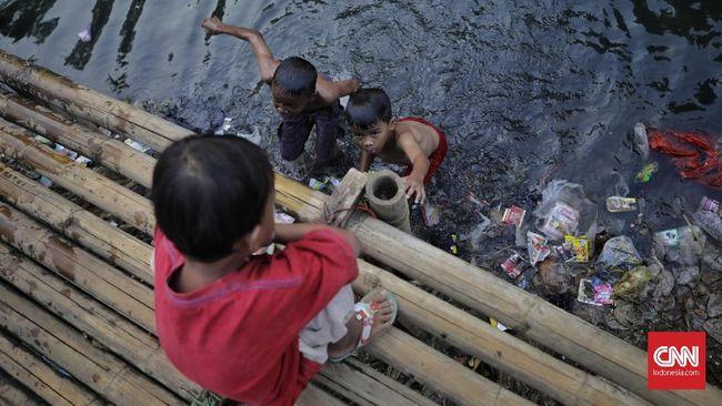 Warga beraktivitas di bantaran Sungai Ciliwung, Jatinegara. Jakarta, Sabtu, 10 Agustus 2019. Berdasarkan data Badan Pusat Statistik (BPS) DKI Jakarta, persentase penduduk miskin DKI Jakarta pada Maret 2019 adalah 3,47 persen atau sebesar 365,55 ribu orang. Saat ini pemerintah DKI Jakarta melakukan pilot project di beberapa wilayah dengan mengutamakan program KJP, Kesehatan, dan Pendidikan yang ditargetkan dapat mengurangi kemiskinan.