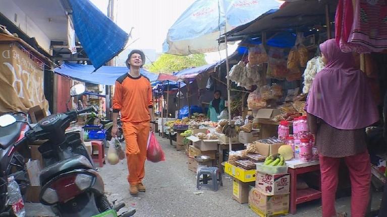 Eits, tapi tak sampai di situ. Marcell Darwin juga harus bertukar peran dengan asistennya. Pria berusia 29 tahun itu pun disuruh untuk membeli buah dan makan di salah satu pasar.