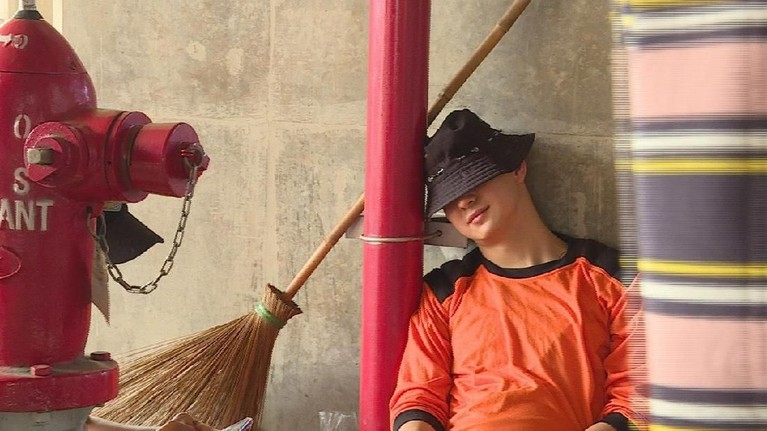 Saking lelahnya bekerja, Marcell sampai tertidur di pinggir jalan.