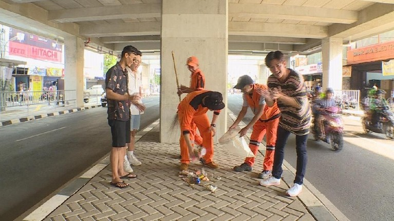 Bersama pasukan oranye lainnya, Marcell pun mendapatkan tugas untuk membersihkan jalan di sekitaran Stasiun MRT Blok A. Ia mengumpulkan banyak sampah disekitaran lokasi tersebut.