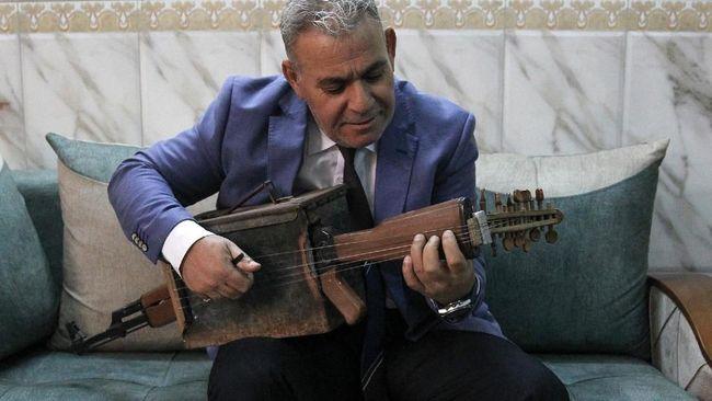 Seorang warga Irak, Majed Abdennour berhasil mengubah senapan serbu Kalashnikov menjadi instrumen musik.