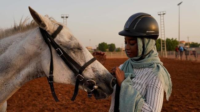 Tensi keamanan tinggi di Sudan mengakibatkan klub-klub berkuda ditinggalkan pengunjung yang tak lagi mampu membayar iuran.