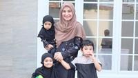 Shireen Sungkar dan ketiga anaknya kompak banget di Hari Raya Idul Adha. Setuju ya, Bun? (Foto: Instagram @shireensungkar)
