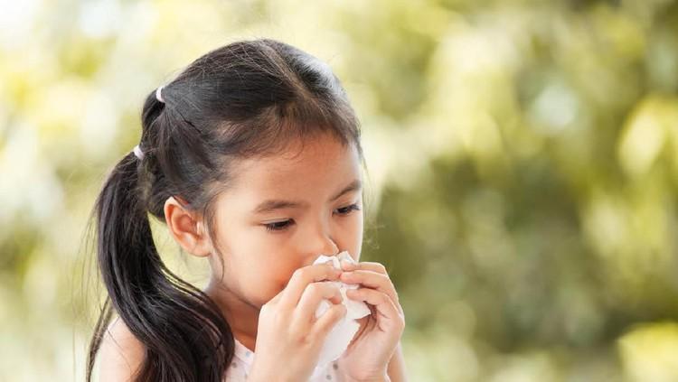 Kalau si kecil batuk, Bunda bisa panik dibuatnya. Apalagi, batuk memang bisa jadi gejala penyakit, Bun.