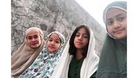 """Selamat Hari Raya Qurban,"" tulis Ersa Mayori dalam unggahan foto bersama anak-anaknya. (Foto: Instagram @ersamayori)"