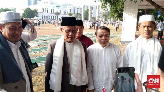Haedar Nashir, Ketum PP Muhammadiyah yang menjadi khatib salat Idul Adha di Masjid Al-Azhar mengingatkan para pemimpin untuk berkorban bagi bangsa.