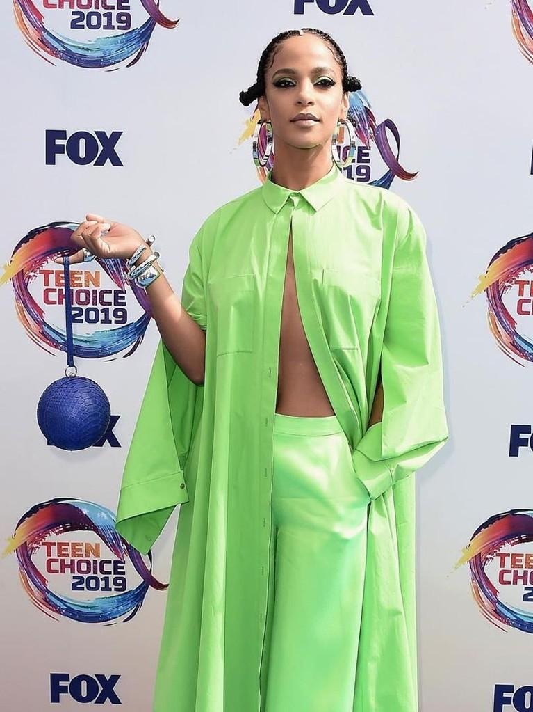 Megalyn Echikunwoke. Aktris 36 tahun ini tampil memukau dengan busana berwarna hijau neon. Megalyn juga memadukannya dengan tas biru berbentuk bulat.