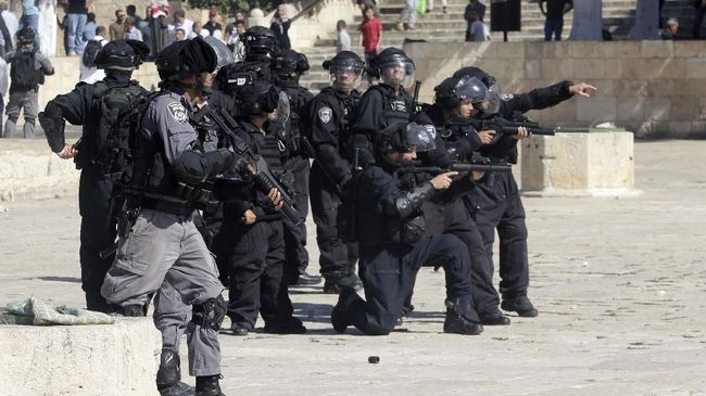 Polisi Israel menangkap imam dan khatib Masjid Agung di kota Lid, Sheikh Yousef al-Baz, Kamis (17/6).