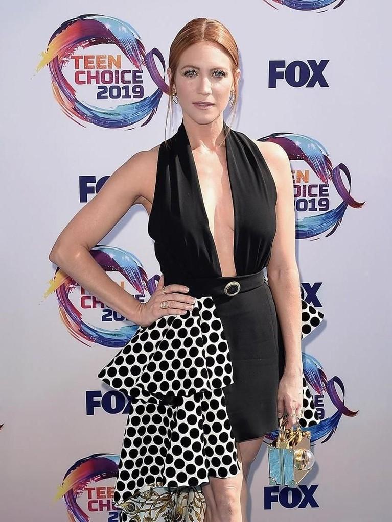 Brittany Snow. Pemain Pitch Perfect ini tampil dengan gaun hitam dan tas mungil.