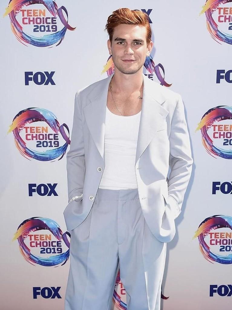 KJ Apa. Hadir dengan setelan jas abu-abu muda dengan dalaman kaus putih. KJ Apa berhasil mendapatkan dua nominasi dalam ajang Teen Choice Awards 2019.