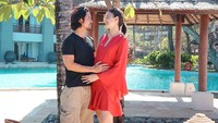 """Ya, sejak mengumumkan kehamilan pertama Kimberly pada 12 Juli lalu, mereka begitu bahagia dan makin romantis. """"<em>Bersyukur atas berkah dari-Nya. Bismillah</em>,"""" tulis Edward di akun pribadinya. (Foto: Instagram @edward_akbar)"""