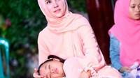 Kelelahan ikut sang mama, Hawra sampai ketiduran di pangkuan Angel Lelga. (Foto: Instagram @angellelga)