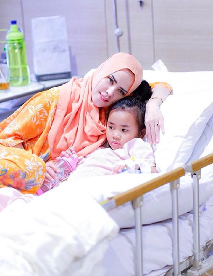 Hawra harus mendapat perawatan di rumah sakit nih, Bun, karena muntah-muntah. (Foto: Instagram @angellelga)