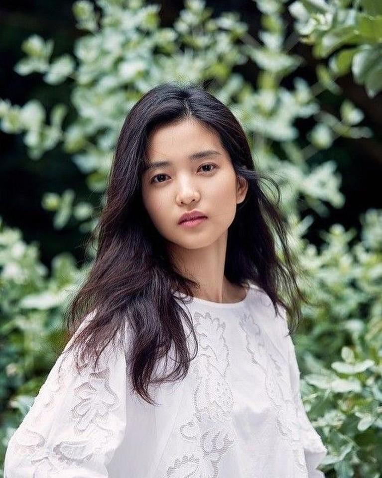 Kim Tae Ri akan segera membintangi sebuah film bersama Song Joong Ki berjudul Lighting Ship. Begini lah kecantikan alami wanita berusia 29 tahun itu.