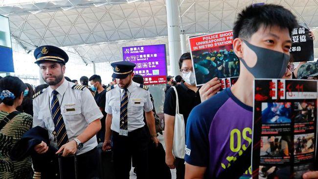 Pengelola Bandara Hong Kong memutuskan kembali membuka kegiatan penerbangan pada Selasa (13/8). Namun, masih ada kemungkinan jadwal pesawat terlambat.